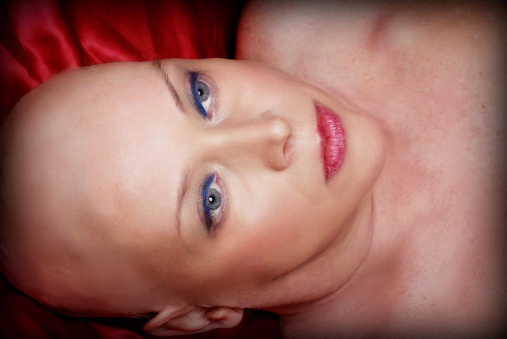 Posa contro il tumore, le foto choc di una donna dopo la chemio