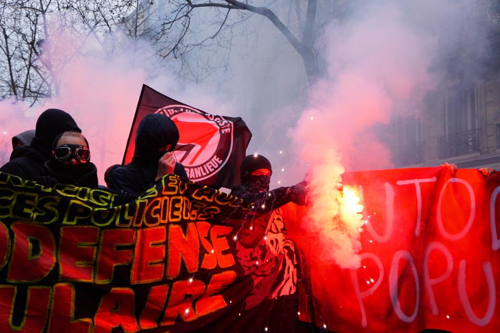 Parigi, ancora una marcia contro le violenze della polizia: pochi scontri /FOTO