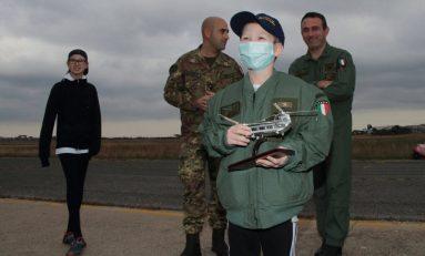 Simon, malato di leucemia, a 7 anni avvera il suo sogno: salire su elicottero dell'Esercito