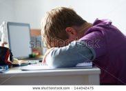 Nomofobia, Vamping e mancanza di sonno: i rischi da dipendenza social per gli adolescenti
