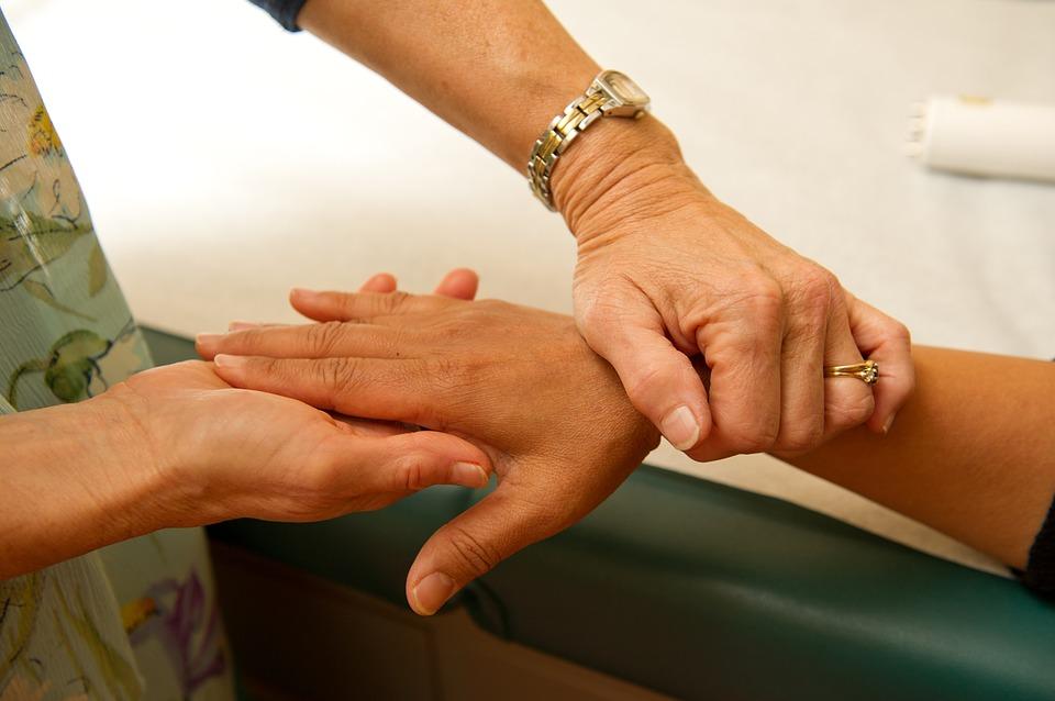 Rapporto medico-paziente: addio visite lampo. La salute passa attraverso il dialogo