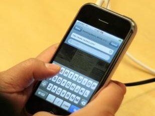 Tecnologia, Apple rallenta i vecchi cellulari e partono le richieste di risarcimento