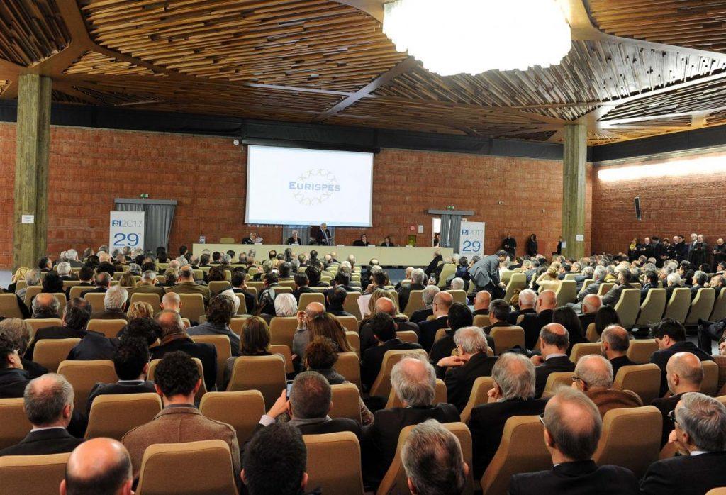 Rapporto Eurispes, gli italiani si fidano solo delle forze armate