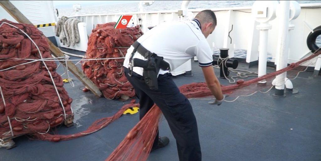 Ambiente: sequestrati 11.000 mt di reti illegali nel Tirreno meridionale