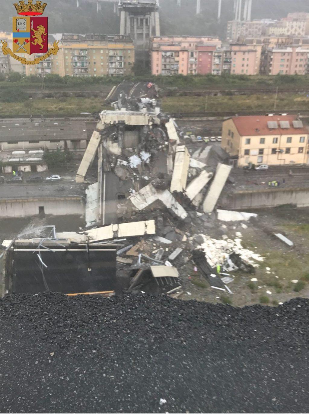 Tragedia a Genova, crolla un ponte: decine di vittime