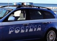 Extracomunitari si introducono in casa poliziotto: ferito gravemente