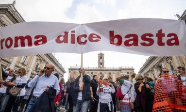 #romadicebasta: protesta in Campidoglio contro la Raggi