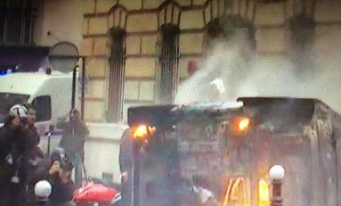 A Parigi torna la guerriglia: gilet gialli ancora in piazza