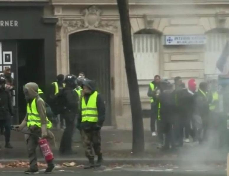 Francia, stop aumento carburanti. Vittoria dei gilet gialli