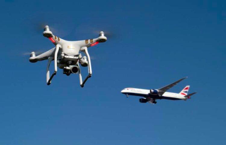 Sicurezza: chiuso l'aeroporto di Gatwick per sorvolo di droni