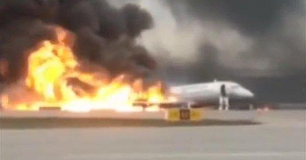 Aereo russo prende fuoco poco dopo decollo: morti e feriti