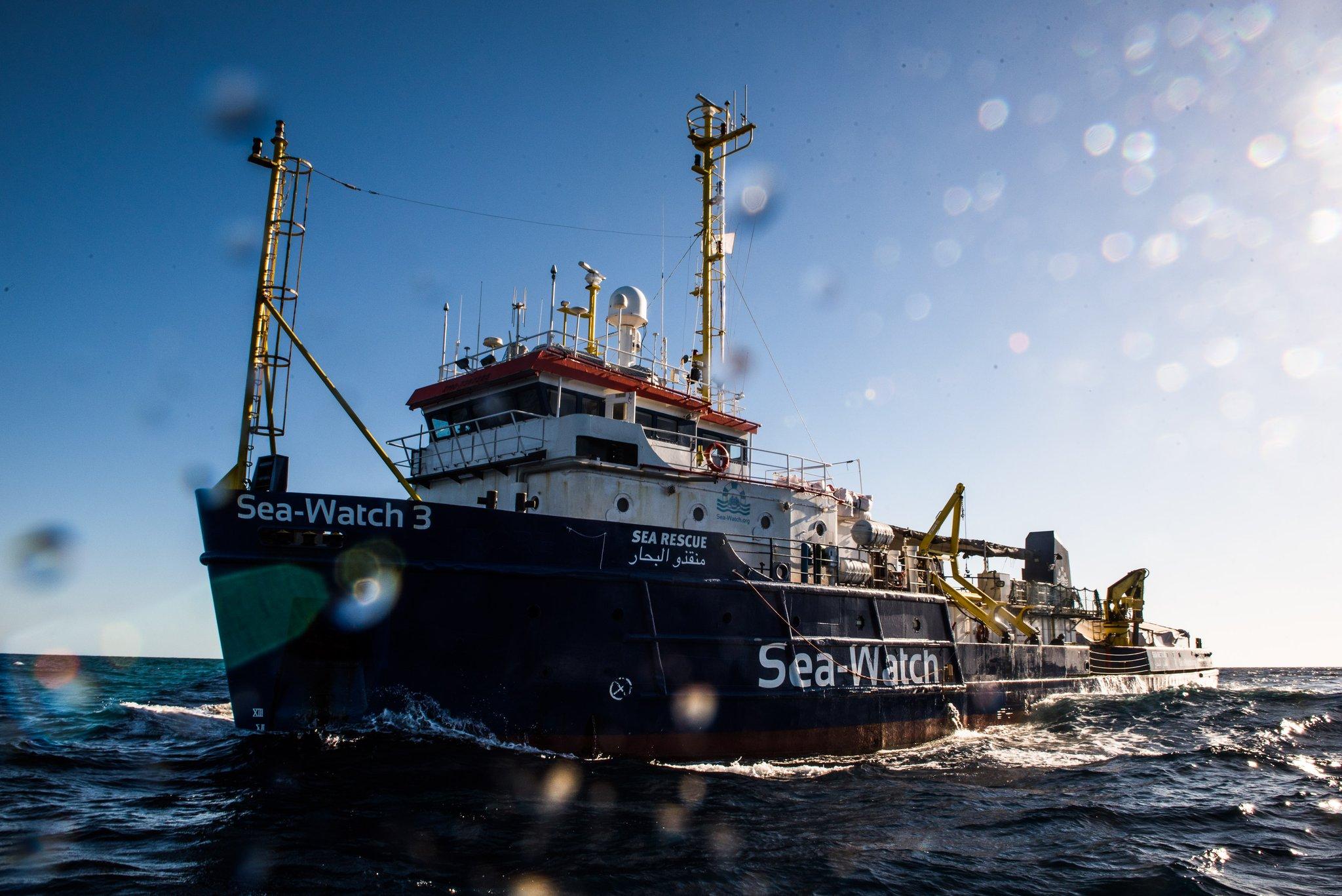 Migranti, Sea Watch 3 forza il blocco e entra in acque italiane