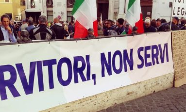 """Polizia in piazza contro il governo: """"Servitori ma non servi"""""""