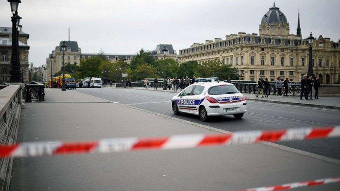 Prefettura Parigi: impiegato musulmano fa strage di agenti